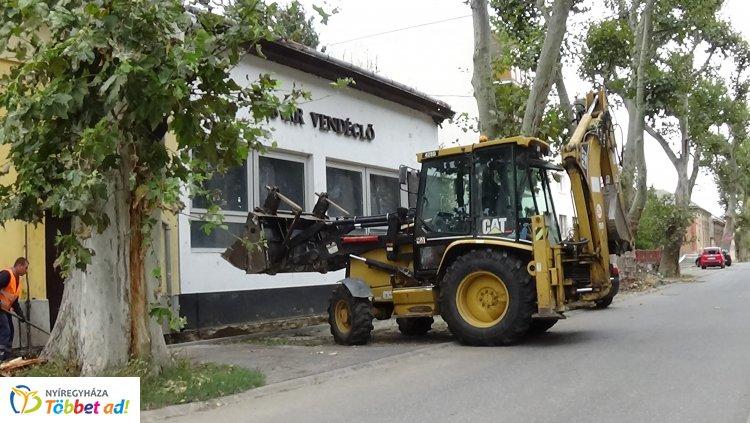 Járdaépítést végeznek Nyíregyházán a Kiss Ernő utcán a Tolditól a Deák Ferenc utcáig