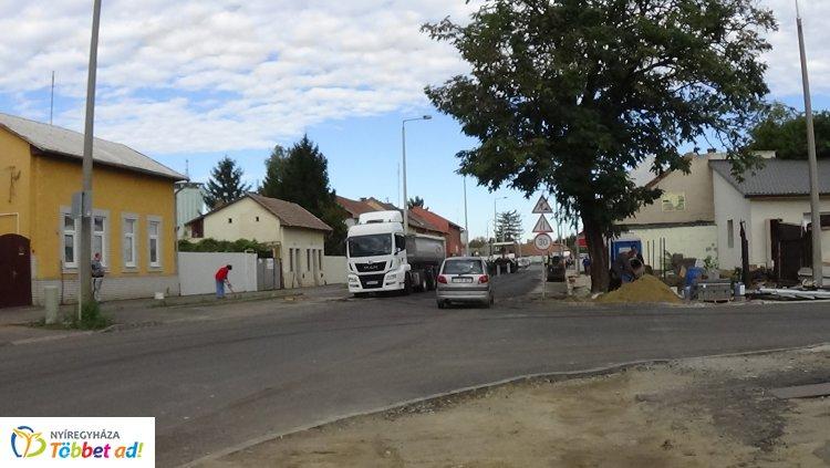Aszfaltozási munkálatokat végeznek csütörtökön és pénteken a Debreceni úton
