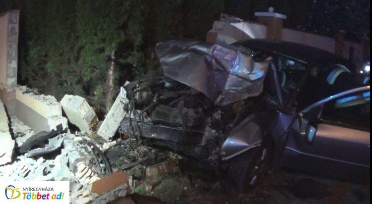 Csütörtökön hajnalban egy személygépjármű kerítésnek csapódott a Család utcán