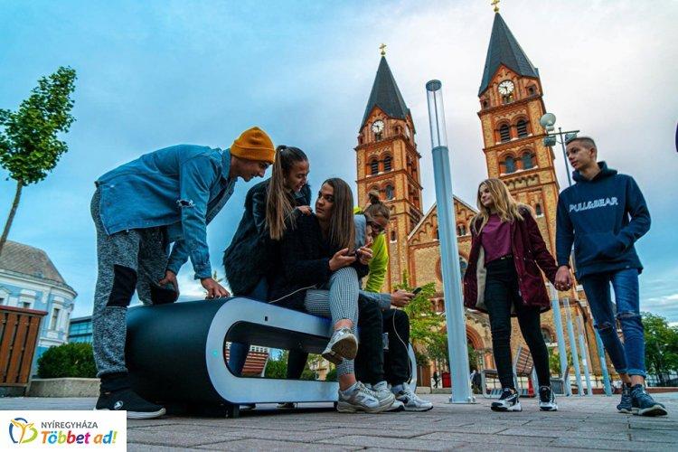 Okospadokat helyeztek ki a Kossuth térre - A fiatalok örömmel használják