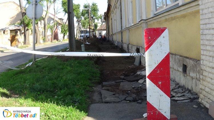Járdafelújítási munkálatokat végeznek az Eötvös utcán, forgalomkorlátozás mellett