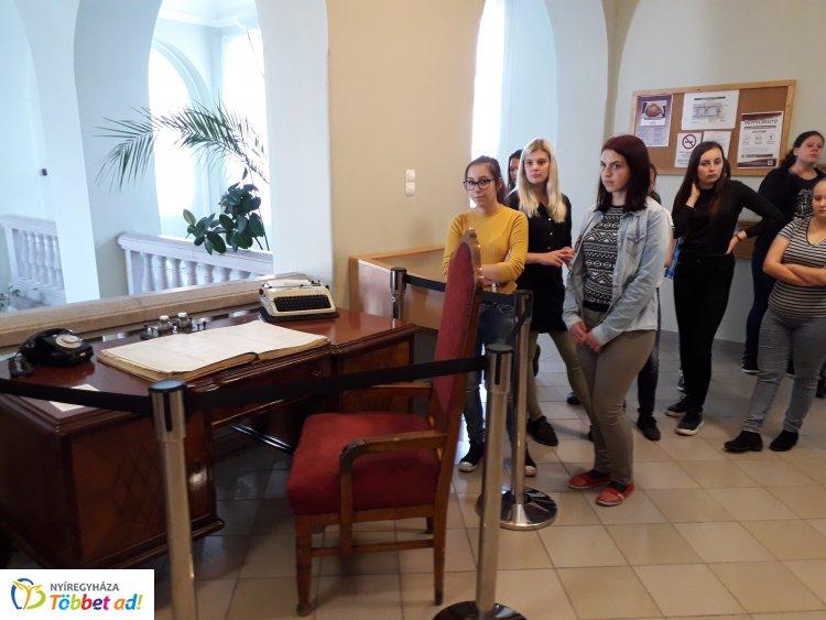 Széchenyis gimnazisták tekintették meg a törvényszéki relikviákat