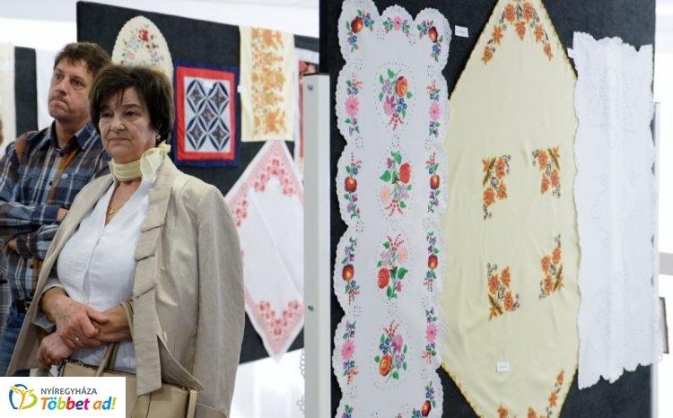 Szépkorúak kézimunka kiállítása  a Váci Mihály Kulturális Központban