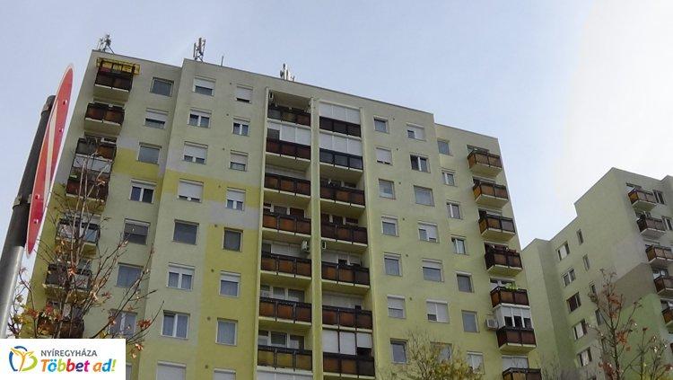 Műanyag hulladéktároló égett egy nyíregyházi társasház egyik lakásának erkélyén