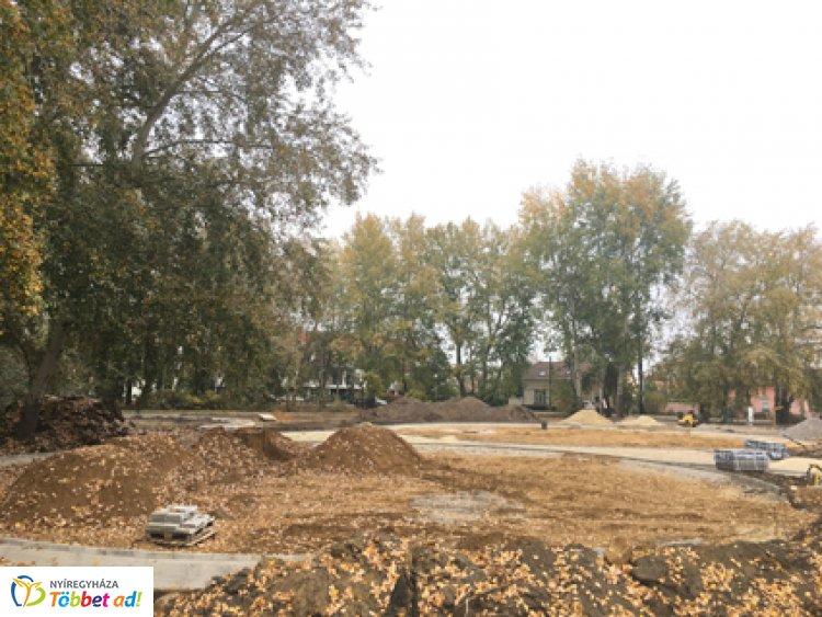 Új játszótér (is) épül a nyíregyházi kiserdőn - Rendezett lesz a zöldfelület