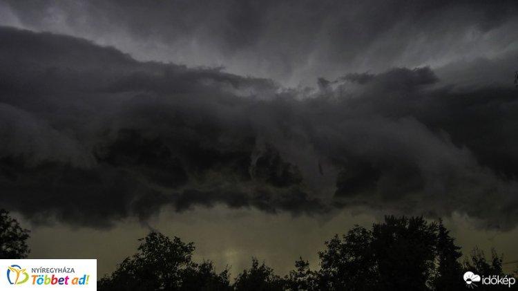 Zivatarok miatt figyelmeztet a meteorológiai szolgálat - Több megyére riasztást adtak ki