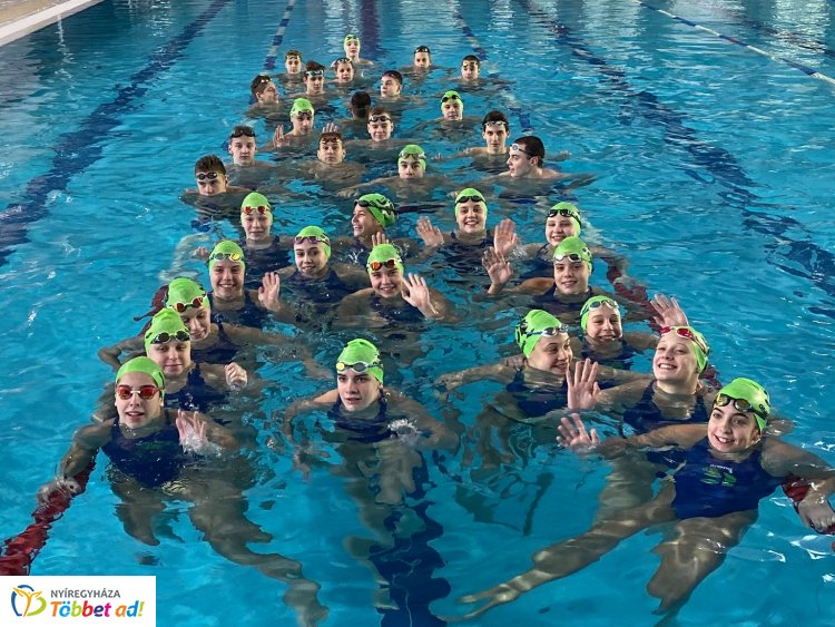 Edzőtáborban a tehetségek - Százhalombattán készültek az úszók