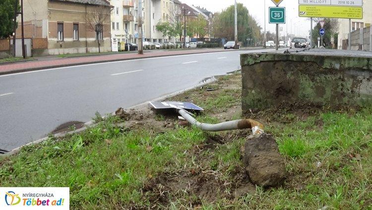 Az utóbbi időben több közlekedési táblát is kiütöttek az autósok Nyíregyházán