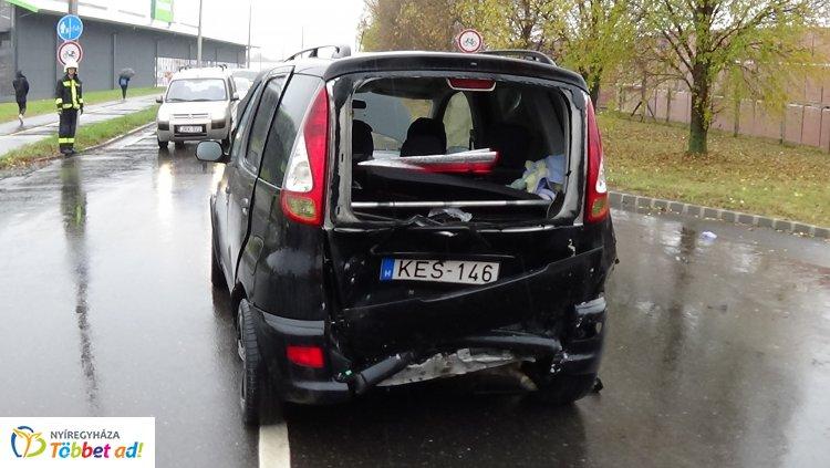 Hármas karambol történt a Kosbor utcán - Két felnőtt és egy gyerek sérült meg