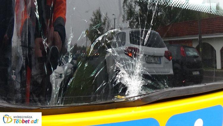 Az Állomás téren szabálytalan sávváltás miatt egy személygépkocsi busszal ütközött