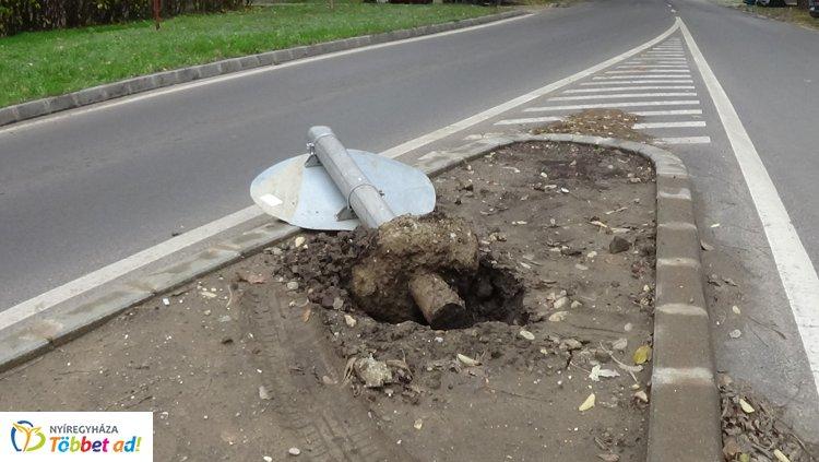 Ismét közlekedési táblát törtek a Kígyó utcai körforgalomnál