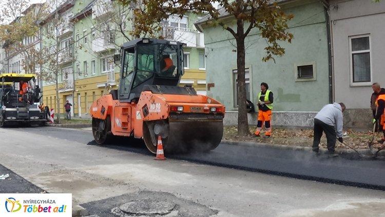 Megkezdődött az aszfaltozás a Szarvas utcán – Friss fotókon a munkálatok!