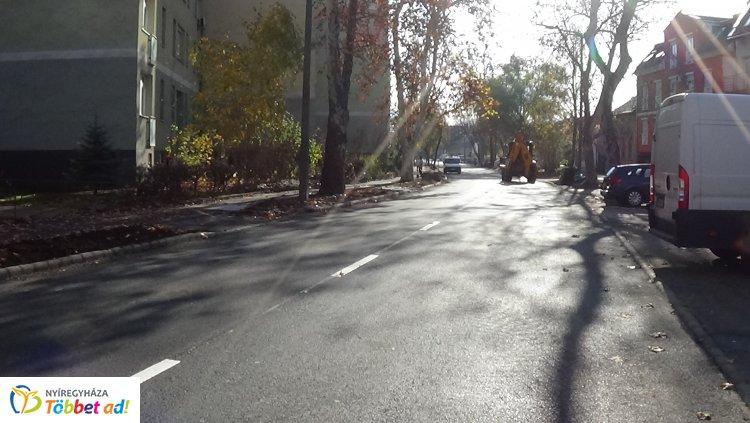 Burkolati jeleket festenek a Szarvas utcán – Fokozott figyelemmel közlekedjenek!