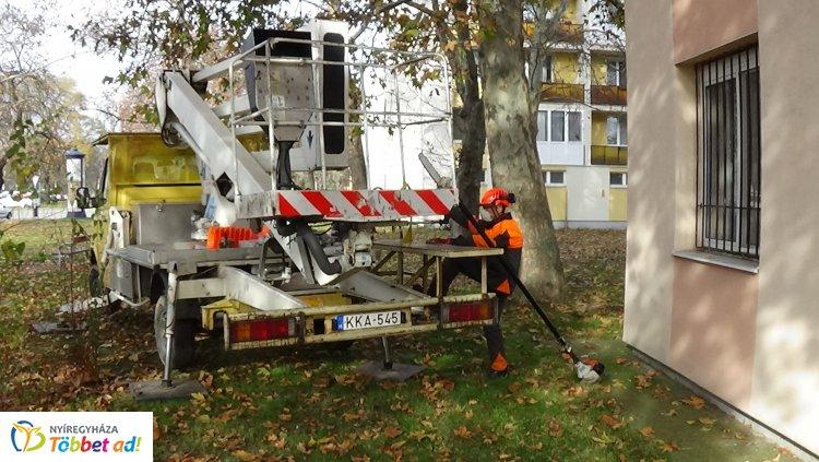 Gallyazási munkálatokat végeznek a NYÍRVV szakemberei az Árpád utcán