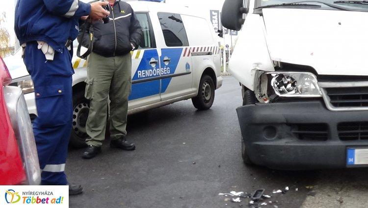 Jelentős anyagi kárral járó baleset történt csütörtök reggel a Törzs utcánál