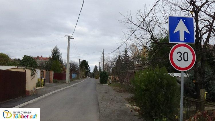 Oroson két utcát, a Mályva és a Moha utcát mától egyirányúsították