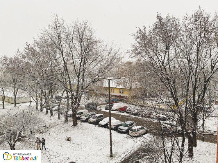 Megérkezett az igazi tél  – Havazásra ébredtek a nyíregyháziak is!