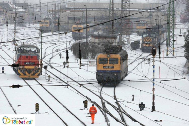 Fennakadásokat okoz a havazás a vonatközlekedésben – Hosszabb lehet a menetidő