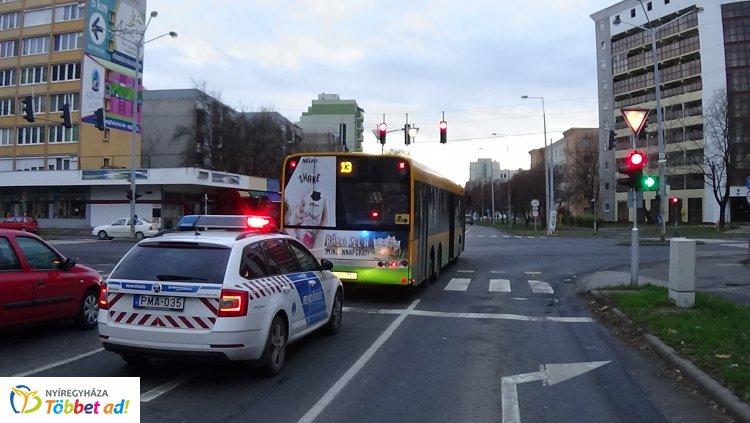 Fékezett az autóbusz, idős utasa elesett – Kórházba szállították