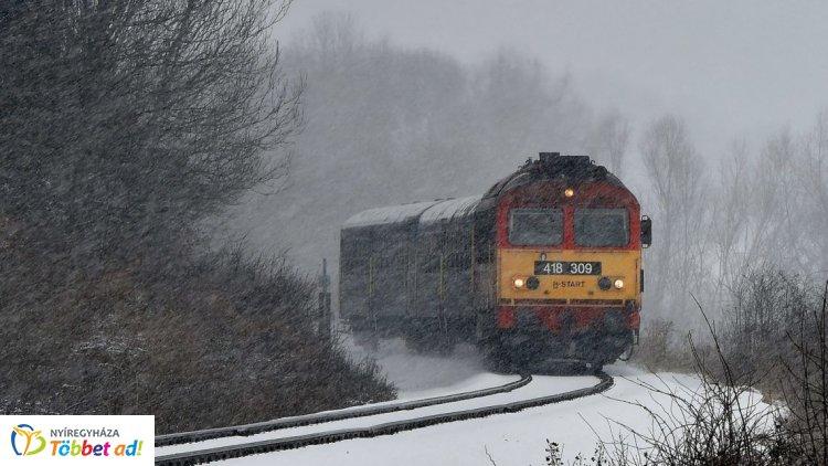 Van, ahol 80 percet késnek a vonatok a havazás miatt – Folyamatos a helyreállítás
