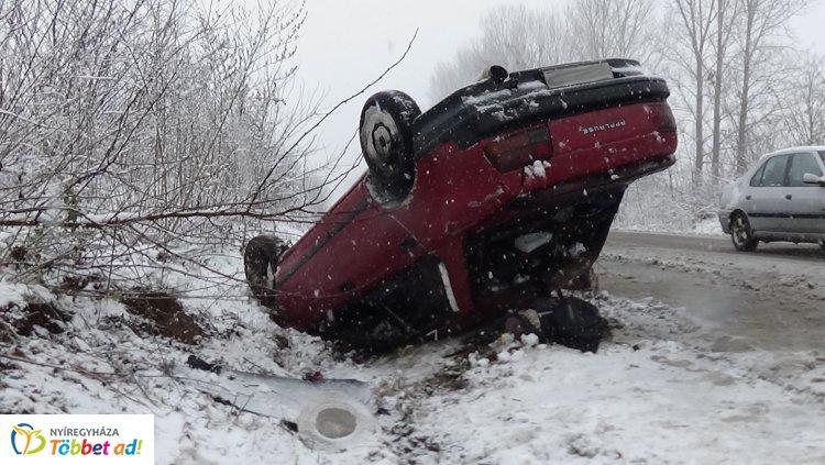 Megcsúszott a havas úton és felborult egy jármű a Simai úton – Karcolásokkal megúszta!