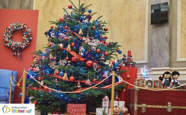 Különleges karácsonyi enteriőr várja a Városháza Krúdy termébe látogatókat