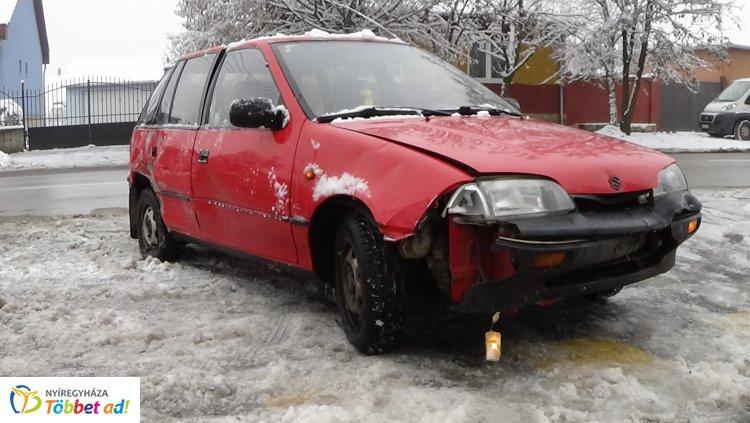 Baleset a Kótaji úton –  Egy járműnek és két oszlopnak is nekicsapódott egy gépkocsi