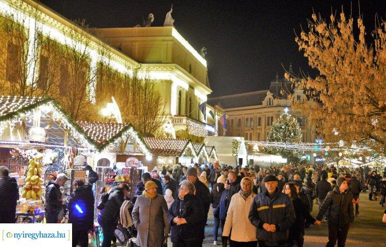 Csütörtökönként frissen sült ajándék lapcsánka várja a forgatagozókat a Kossuth téren