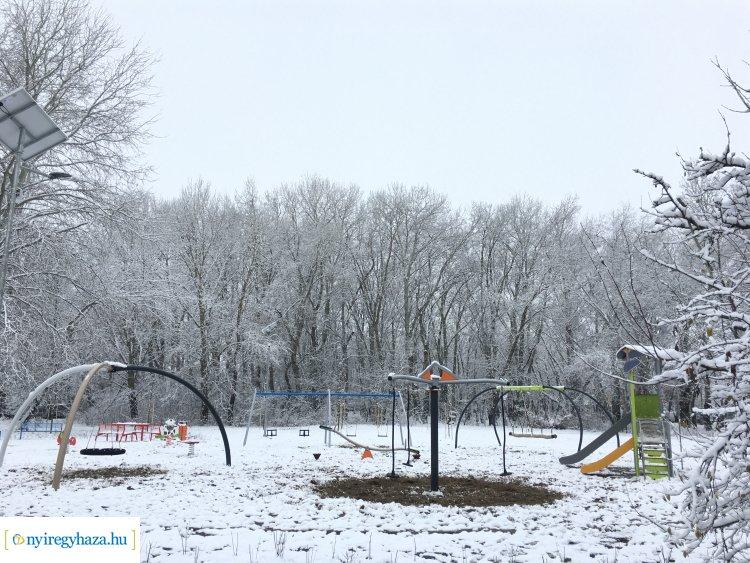 """Új pihenőpark létesült a """"Kiserdők"""" területén: modern, felszerelt játszótér és pihenőpadok"""