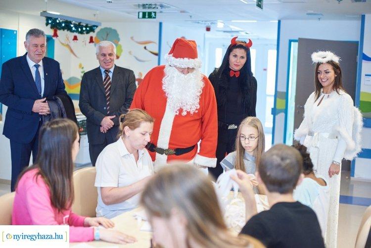 Mikulás-csomaggal ajándékozta meg a kórházban fekvő gyerekeket Nyíregyháza polgármestere