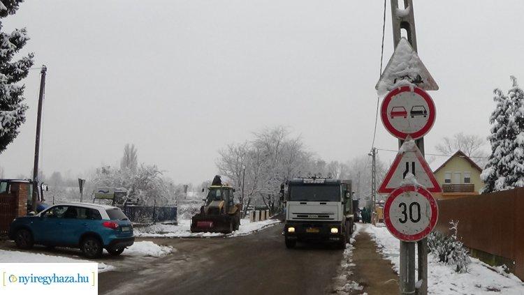 Megszűnt a forgalomkorlátozás a Hímes utcán – befejeződtek az aszfaltozási munkálatok