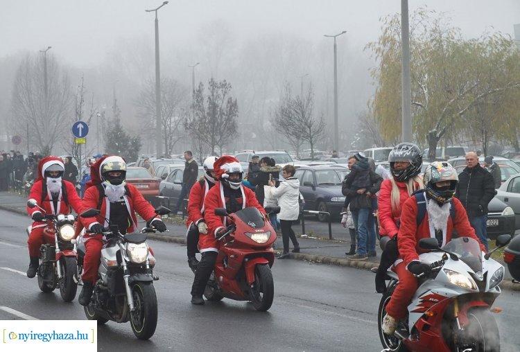 Mikulásnak öltözött motorosok szerveztek gyűjtést a Gyermekosztálynak