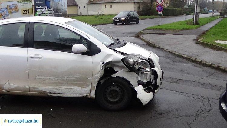 Egy személy megsérült a Hunyadi utcán történt balesetben, az anyagi kár jelentős