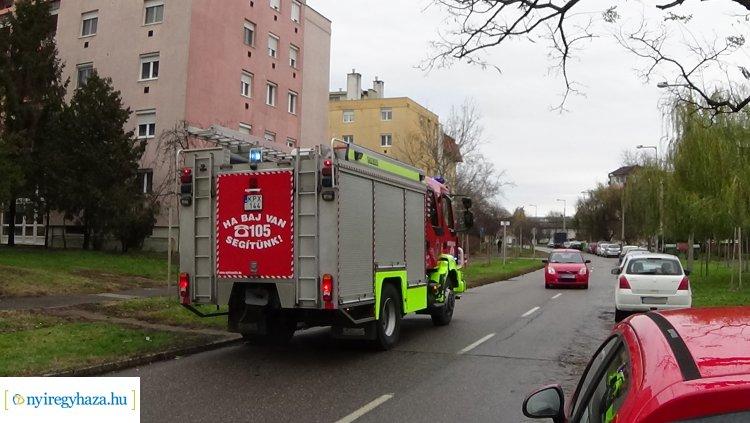 Nagy erőkkel vonultak ki a tűzoltók Szántó Kovács János utca egyik társasházához