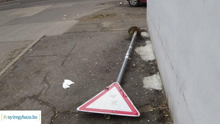 Egy KRESZ-táblát kitörtek, többet pedig elforgattak Nyíregyházán