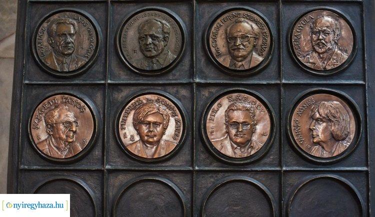 Öt korábbi főigazgatójának portréjával bővült a Jósa András Oktatókórház bronz éremfala