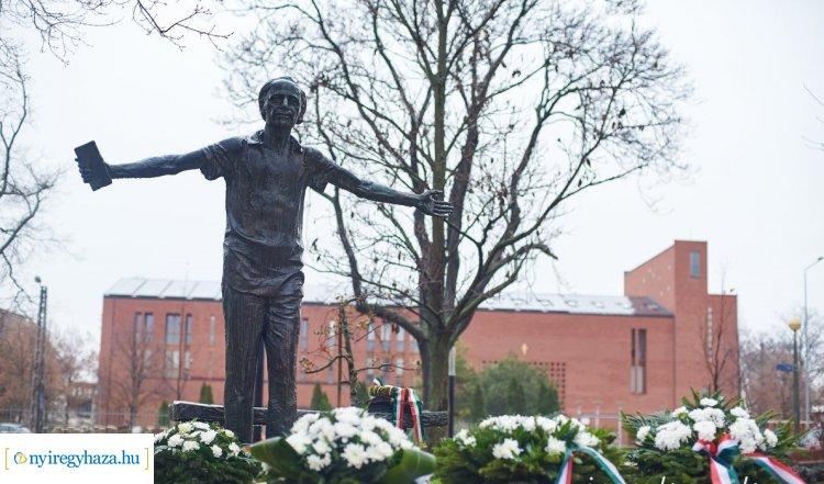 Nyíregyháza szülöttére, Váci Mihályra emlékeztek pénteken a város több pontján is