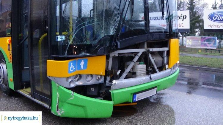 Autóbusz és személygépkocsi ütközött péntek reggel a Sóstói úton – Helyszíni fotók!