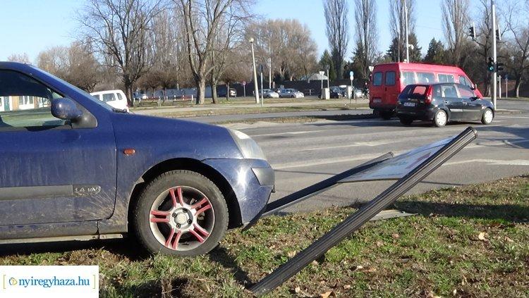 Baleset történt a Ferenc körúton,  útpadkának és táblának ütközött a leszorított jármű