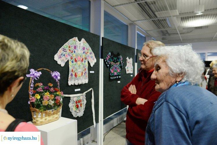 """Kiállítás az """"Alkotó Idősek"""" című pályázatra benyújtott munkákból"""