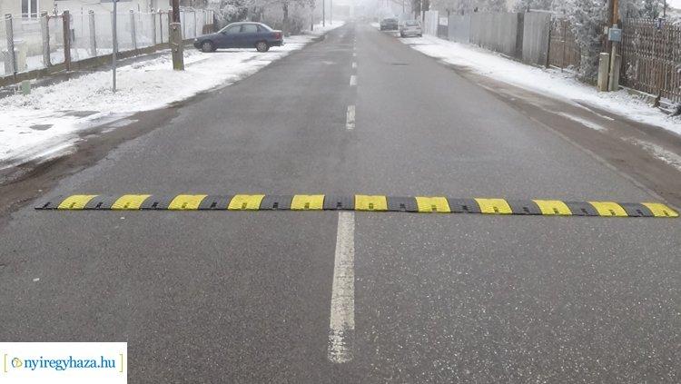 Sebességcsökkentő bordát helyeztek el a közelmúltban a Kinizsi utcán: ám van, aki kikerüli