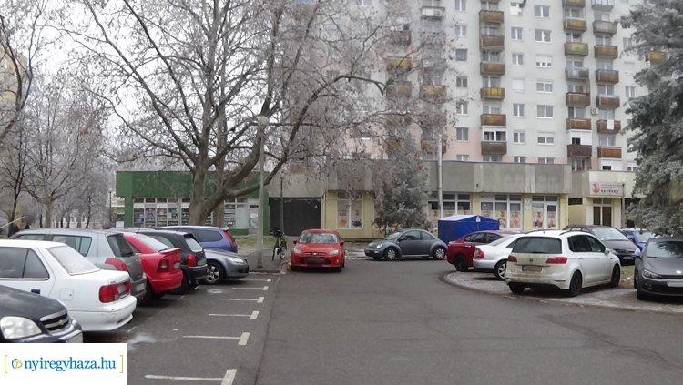 Tábla is figyelmeztet a helyes parkolásra az Ungvár sétánynál