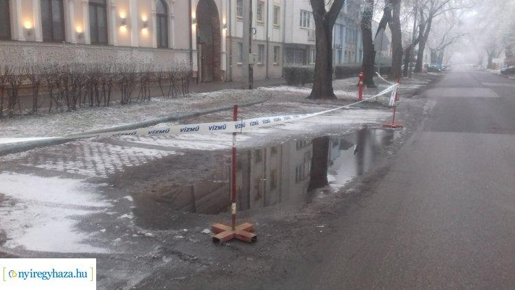 Csőtörés a Szarvas utcán: a Nyírségvíz munkatársai már dolgoznak a helyreállításon