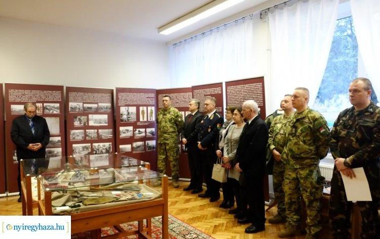 Nyíregyháza, a katonaváros – Katonaruhák, fegyverek és kitüntetések a kiállításon