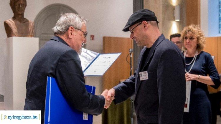 Csabai László kapta az idei Mészöly Miklós-díjat – A nyíregyházi könyvtárban kérdeztük!