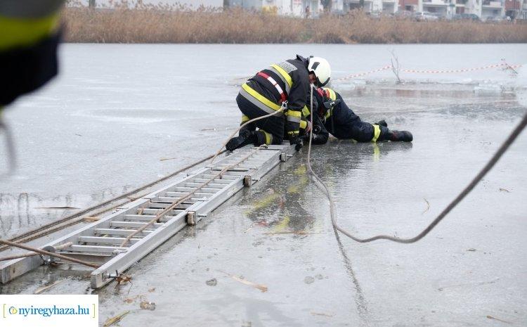 Jégről mentést gyakoroltak a hivatásos és az önkéntes tűzoltók valamint speciális mentők