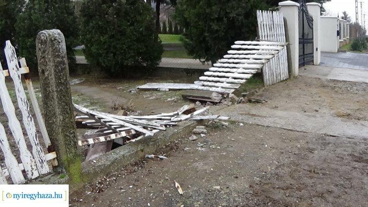 Megcsúszott és kerítésnek ütközött egy jármű a Korányi Frigyes utcán