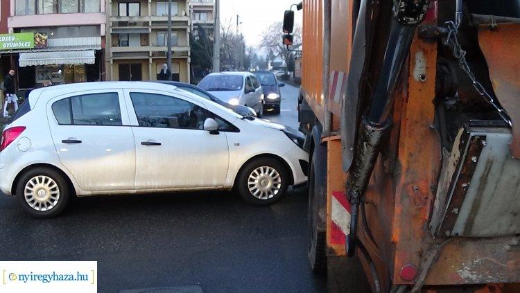 Szemétszállító járművel ütközött egy személygépkocsi a Vasvári Pál utcán
