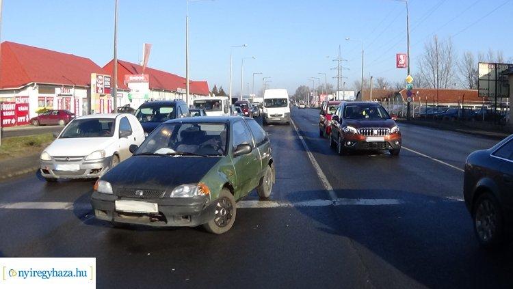 Szabálytalanul váltott sávot egy személygépkocsi a Debreceni úton, balesetet okozott