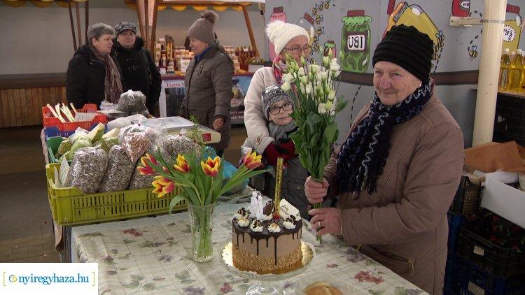 Megható születésnap a Búza téri piacon: Marika nénit barátnői köszöntötték!